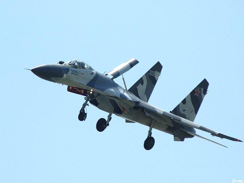 式机身,机头略向下垂,大量采用钛合金